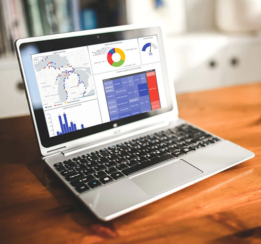 显示smartworks仪表板的笔记本电脑