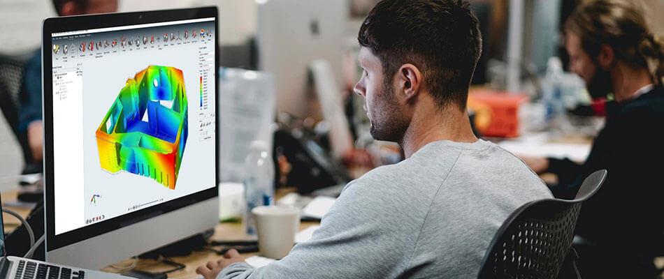 男子坐在电脑前观看模拟软件屏幕